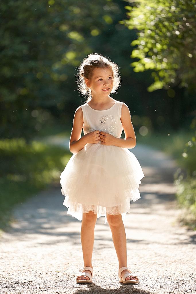 5-ročná Lili v bielych tutu šatách Luna Luna Cygne